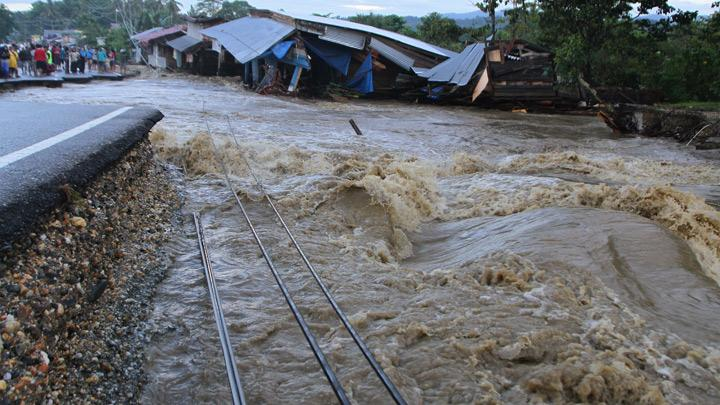 Houses and trans Sulawesi roads damaged by flash floods in Ameroro Village, Konawe, Southeast Sulawesi, Monday, June 10, 2019. The North Konawe district head remarked that in addition to cash aid, the BNPB's assistance comprised two cargo aircraft and helicopter, 12 ships, and 20 refugee tents for the evacuated flood victims and also distribution of logistics. ANTARA/Jojon