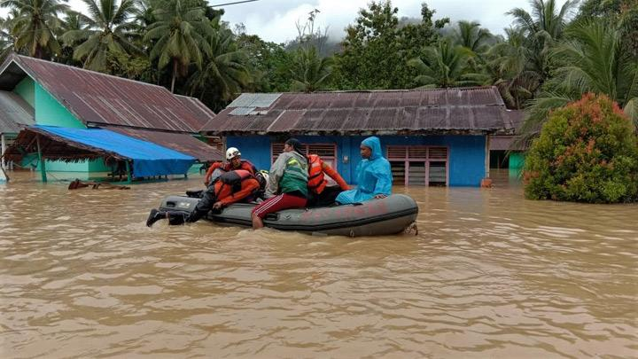 Kendari Basarnas personnel evacuated residents caught in flash floods in Dangia District, East Kolaka, Southeast Sulawesi, Sunday, June 9, 2019. Due to high rainfall intensity, the Lasolo River overflows and causes flash floods.  1,054 flooded houses, force 4,809 people evacuate. The trans Sulawesi road which connects Southeast Sulawesi-Central Sulawesi is cut off. ANTARA/HumasSAR