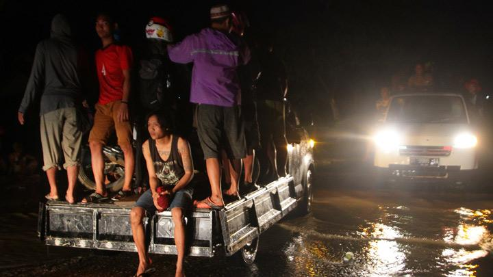 Residents are on the car heading to evacuation site in Uepai Village, Konawe, Southeast Sulawesi, Monday, June 10, 2019. Due to high rainfall intensity, the Lasolo River overflows and causes flash floods.  1,054 flooded houses, force 4,809 people evacuate. The trans Sulawesi road which connects Southeast Sulawesi-Central Sulawesi is cut off. ANTARA/Jojon