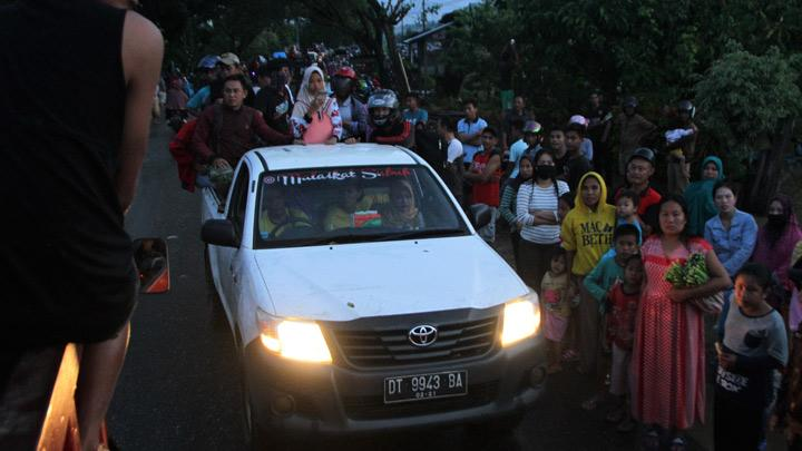 Residents of flash floods victims with the car heading to refugee camp while other residents queued to be transported in Uepai Village, Konawe, Southeast Sulawesi, Monday, June 10, 2019. Due to high rainfall intensity, the Lasolo River overflows and causes flash floods.  1,054 flooded houses, force 4,809 people evacuate. The trans Sulawesi road which connects Southeast Sulawesi-Central Sulawesi is cut off. ANTARA/Jojon