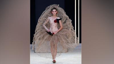 Koleksi Gaun Transparan Dihadirkan di Paris Fashion Week