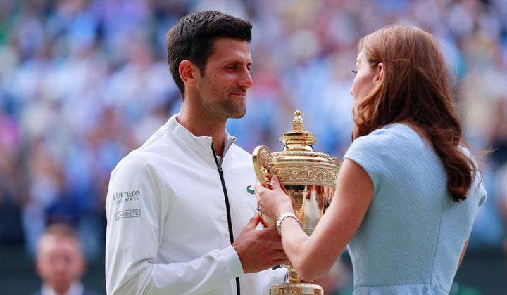 Kate Middleton memberikan piala pada Novak Djokovic setelah mengalahkan lawannya Roger Federer dalam pertandingan final Wimbledon di All England Lawn Tennis and Croquet Club, London, 14 Juli 2019. REUTERS/Andrew Couldridge