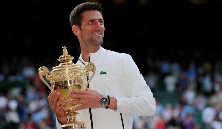 Novak Djokovic memegang pialanya usai mengalahkan lawannya Roger Federer dalam pertandingan final Wimbledon di All England Lawn Tennis and Croquet Club, London, 14 Juli 2019. Djokovic menyudahi perlawanan Federer dengan 7-6 (7/5), 1-6, 7-6 (7/4), 4-6, 13-12 (7/3). REUTERS/Andrew Couldridge