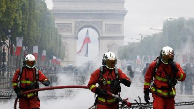French Police Fire Tear Gas as Protests after Bastille Day Parade
