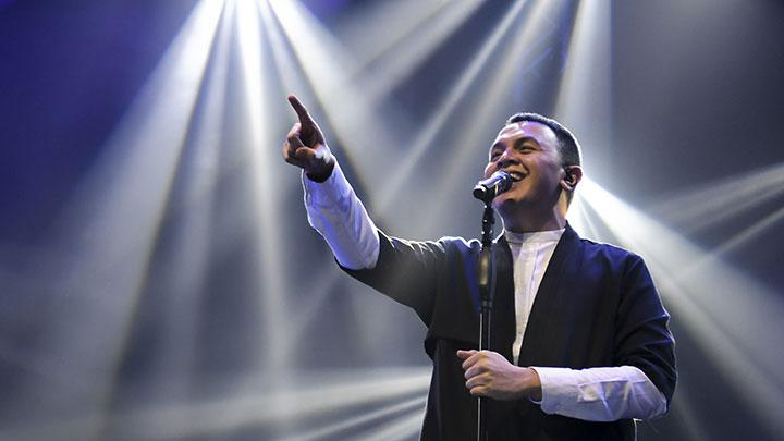 Aksi Tulus dalam Konser One Intimate Night Show