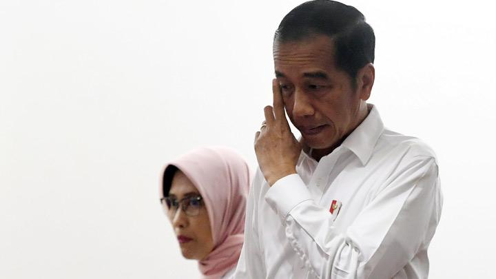 Indonesian President Joko Widodo  ( Jokowi ) gestures as he arrives with Sripeni Inten Cahyani, who is PLN's acting CEO, during a visit at PT Perusahaan Listrik Negara (PLN) headquarters after a major power blackout in Jakarta, Indonesia, August 5, 2019. Jokowi said on Monday the state power company should have had contingency plans in place to prevent a major electricity blackout that affected the capital Jakarta and neighbouring provinces. Antara Foto/Akbar Nugroho Gumay