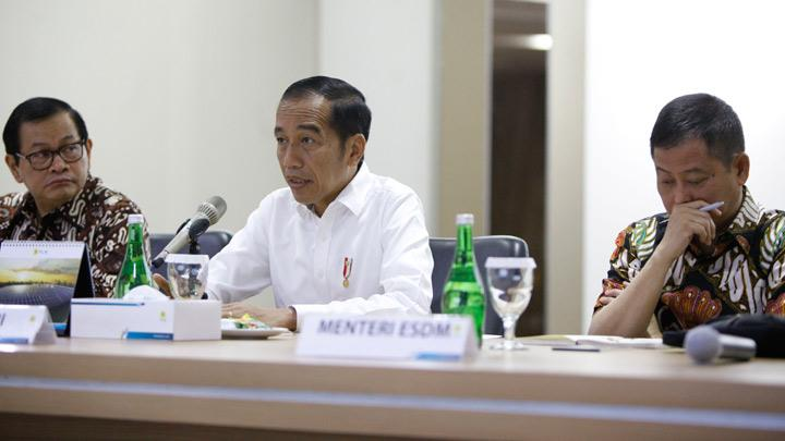 President Joko Widodo (Jokowi) speaks to PLN's board of directors during a visit at PT Perusahaan Listrik Negara (PLN) headquarters after a major power blackout in Jakarta, Indonesia, August 5, 2019. Jokowi said on Monday the state power company should have had contingency plans in place to prevent a major electricity blackout that affected the capital Jakarta and neighbouring provinces. TEMPO/Subekti.