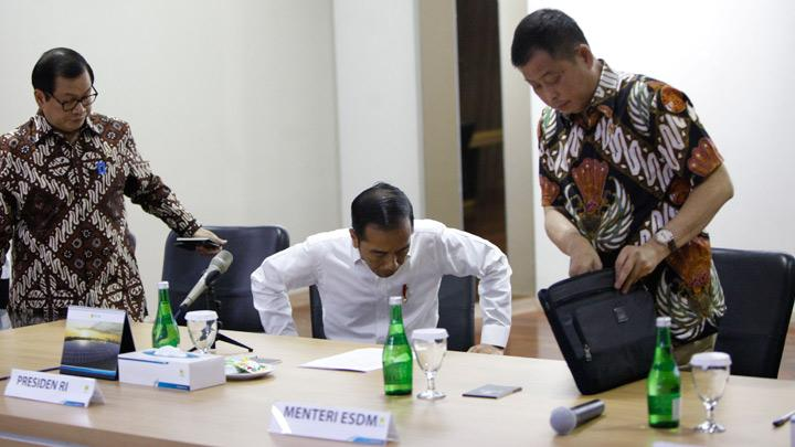 President Joko Widodo (Jokowi) to leave the meeting room during a visit at PT Perusahaan Listrik Negara (PLN) headquarters after a major power blackout in Jakarta, Indonesia, August 5, 2019. Sripeni Inten Cahyani, PLN's acting CEO, said the company is still conducting recovery operations and warned there would be rolling blackouts until power is fully restored in Jakarta and surrounding areas.  TEMPO/Subekti.