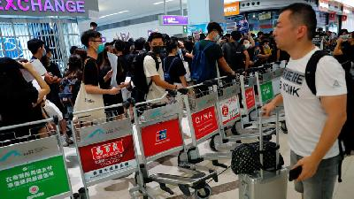 Hong Kong Airport Reopens amid Warning over Pro-democracy Protest