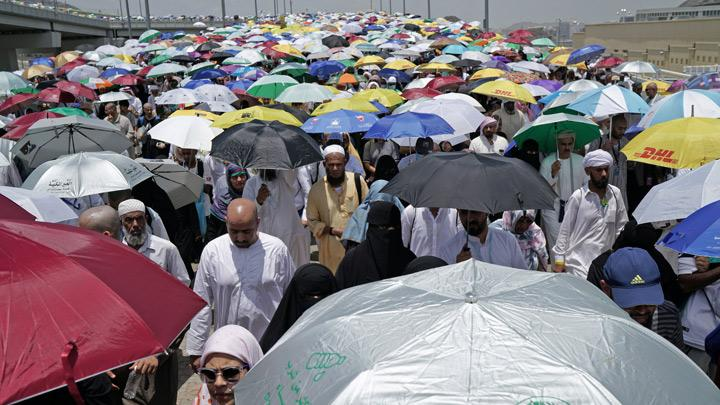 Muslim pilgrims walk to cast their stones at a pillar symbolising the stoning of Satan during the annual haj pilgrimage in Mina, Saudi Arabia August 13, 2019. Millions of haj pilgrims began heading back to Mecca for final prayers on Tuesday as the world's largest annual gathering of Muslims wound down without incident despite the logistical challenges and escalating regional tensions. REUTERS/Umit Bektas