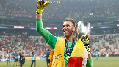 Liverpool's Adrian Goes from Club Less to Hero