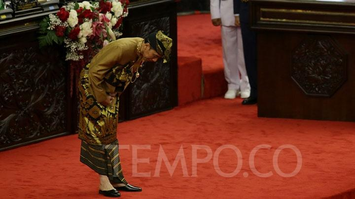 President Jokowi bows as a gesture of honor before lawmakers of the House of Representatives (DPR) on the sidelines of a joint assembly of the Regional Representatives Council (DPD) and DPR at the Parliament Complex, in Senayan, Jakarta, Friday, August 16, 2019. TEMPO/M Taufan Rengganis