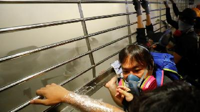 Hong Kong Protesters Clash with Police at Subway Station