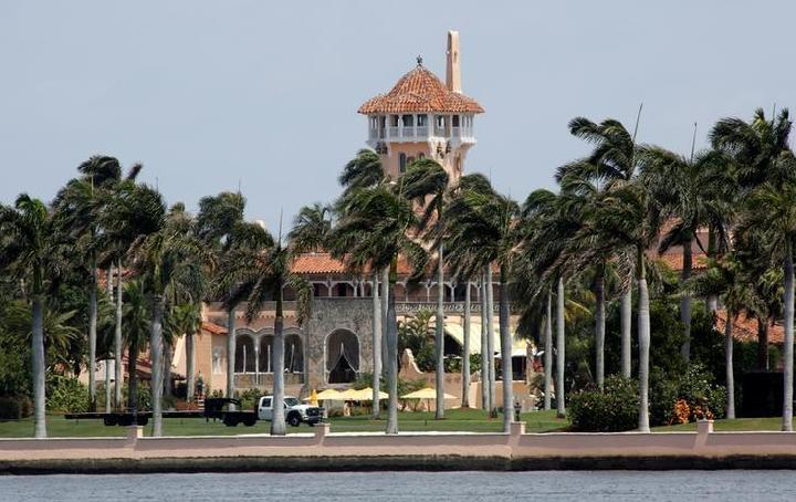 Resor Mar-a-Lago yang dimiliki oleh Presiden AS Donald Trump terlihat di Palm Beach, Florida, AS, 5 April 2017. [REUTERS / Joe Skipper]