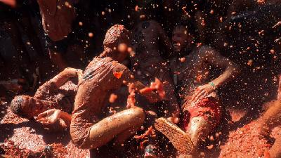 Thousands of Revellers Hurl Tomatoes in La Tomatina Festival