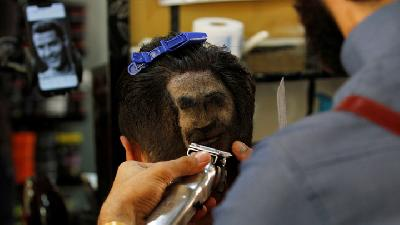 Crazed Youth in Iraq Etch Faces of Football Stars into Hair