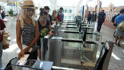 Tourists Pile Up at Bali's Ngurah Rai Immigration