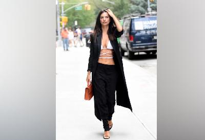 Alasan Emily Ratajkowski Pakai Bikini di New York Fashion Week