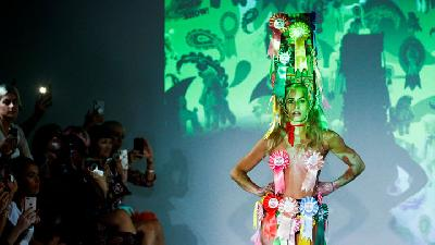 Busana Nyentrik Pam Hogg di London Fashion Week