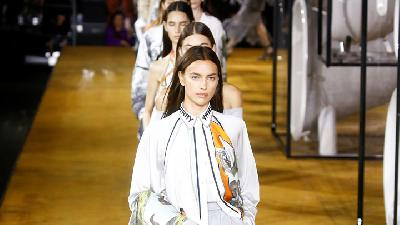 Burberry Fashion Show Draws Stars From Carla Bruni To Dua Lipa