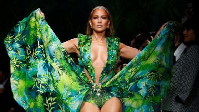 Jennifer Lopez Tampil Aduhai di Milan Fashion Week