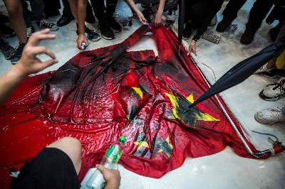 Media Kecam Demonstran Hong Kong yang Bakar Bendera Cina