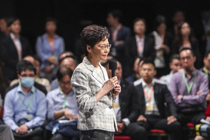 Kepala Eksekutif Hong Kong Carrie Lam bertemu publik selama dialog di Stadion Queen Elizabeth di Wan Chai, 26 September 2019.[Winson Wong/South China Morning Post]