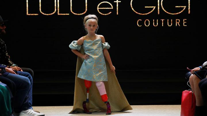 Aksi Model Cilik dengan Kaki Palsu Tampil di Paris Fashion Week