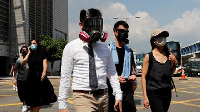 Polisi - Demonstran Hong Kong saling Lempar Bom dan Gas Air Mata