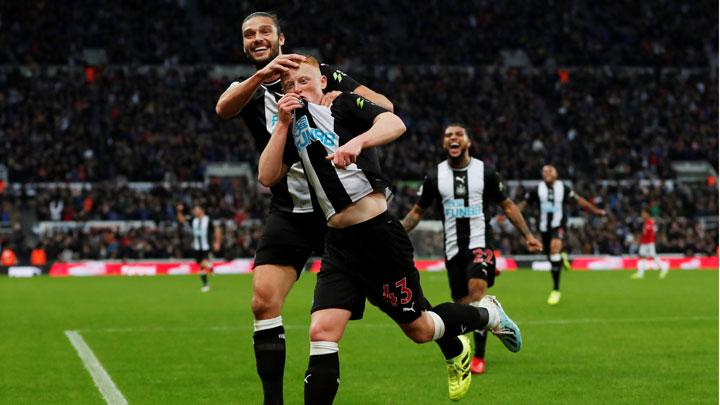 Newcastle United's Matthew Longstaff celebrates scoring their first goal with Andrew Carroll during match Premier League between Newcastle United vs Manchester United at St James' Park, Newcastle, October 6, 2019. Action Images via Reuters/Lee Smith