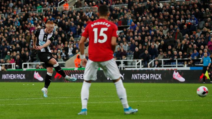 Newcastle United's Matthew Longstaff scores their first goal during match Premier League between Newcastle United vs Manchester United at St James' Park, Newcastle, October 6, 2019. Action Images via Reuters/Lee Smith