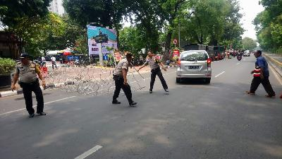 Rally at Palace; Police Close Off Roads with Barbed Wire