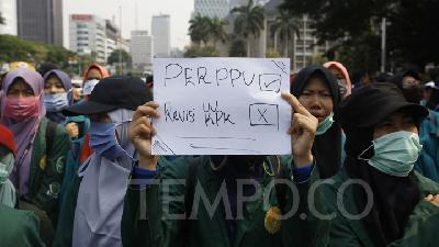 Demo at Palace; Female Students Face Off with Policewomen