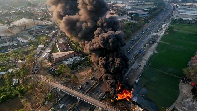 Photos: One Killed in Fire on Pertamina Pipeline in Indonesia