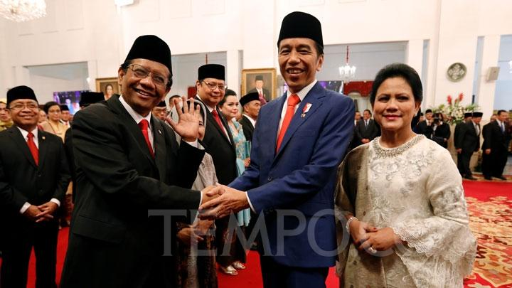 coordinating Minister for Political, Legal, and Security Affairs Mahfud MD shakes hands with President Joko Widodo during the inauguration of Indonesia Onward Cabinet for the Period of 2019-2024 at the State Palace, Jakarta, Wednesday, October 23, 2019. TEMPO/ Subekti
