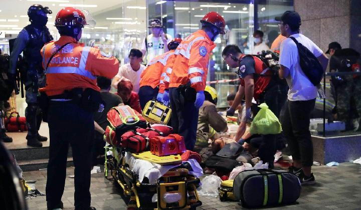 Paramedis merawat yang terluka di luar Cityplaza, Hong Kong, 3 November 2019.[Edmond So/South China Morning Post]