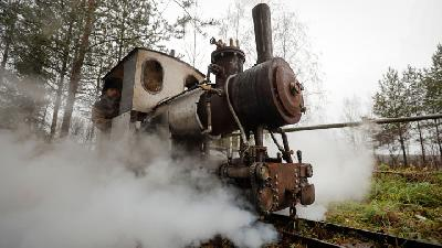 Russian Train Fan Builds Small Scale Steam Engine And Railway