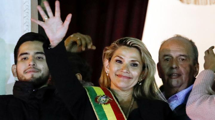 Bolivian Senator Jeanine Anez gestures after she declared herself as Interim President of Bolivia, at the balcony of the Presidential Palace, in La Paz, Bolivia November 12, 2019. Bolivian Senator Jeanine Anez was sworn in as interim president on Tuesday, as the country scrambles to restore order after weeks of protests that finally brought down Evo Morales. REUTERS/Marco Bello