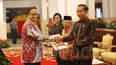 Jokowi Helps Anies Subsidize 2.5mn Jakartans Affected by Covid-19
