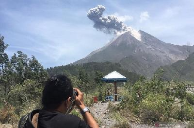 Mount Merapi Releases Hot Clouds Spewing 1,000 Meters from Summit