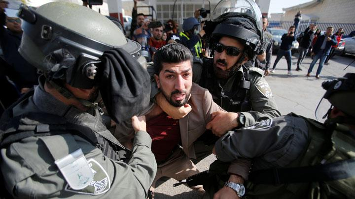 Israeli border policemen detain a Palestinian journalist during a protest to show solidarity with his colleague Muath Amarna, who was shot in his eye, in Bethlehem in the Israeli-occupied West Bank November 17, 2019. REUTERS/Mussa Qawasma