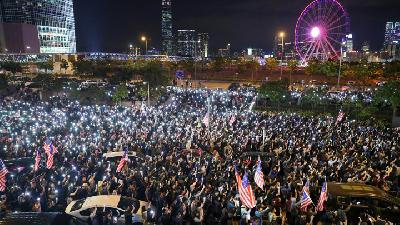 Thousands of Protesters Throng Hong Kong Street as Govt Urge Calm