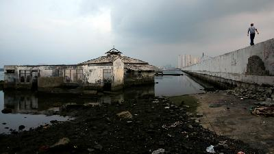 Crumbling Seawall Heightens Worries over Flood Threat to Jakarta
