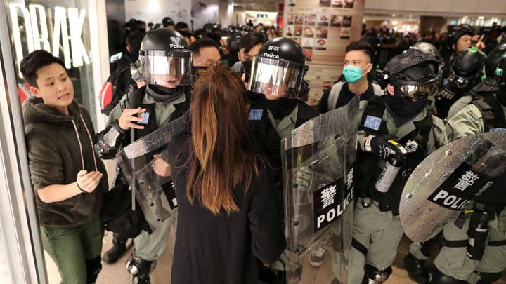 Photos : Protesters Flood Hong Kong Mall