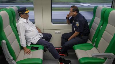 Minister Holds Meeting on Board of Jurangmangu-Serang Train