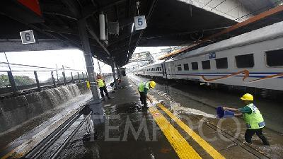 Flood-affected Jakarta Train Lines Still Suspended from Operating