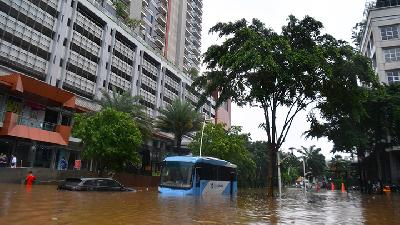 Transjakarta Routes Disrupted due to Flooding