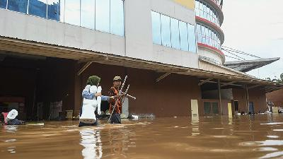Cipinang Indah Mall Loses Billions of Rupiah due to Flooding