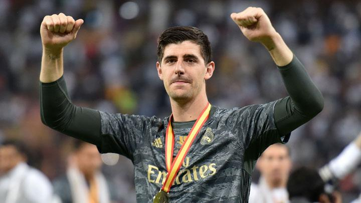 Kiper Real Madrid Thibaut Courtois, melakukan selebrasi setelah berhasil mengalahkan Atletico Madrid lewat adu penalti dalam pertandingan final Piala Super Spanyol di King Abdullah Sports City, Jeddah, Arab Saudi, 13 Januari 2020. REUTERS/Waleed Ali