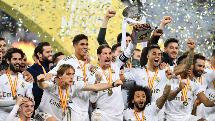 Kapten Real Madrid Sergio Ramos, mengangkat Piala Super Spanyol setelah berhasil mengalahkan Atletico Madrid lewat adu penalti di King Abdullah Sports City, Jeddah, Arab Saudi, 13 Januari 2020. Real Madrid menang lewat adu penalti lawan Atletico Madrid (0-0) 4-1. REUTERS/Waleed Ali